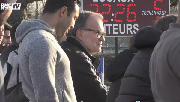 EN VIDEO: tranquille, Marcelo Bielsa regarde un match de Gambardella de Lille au Camp des Loges