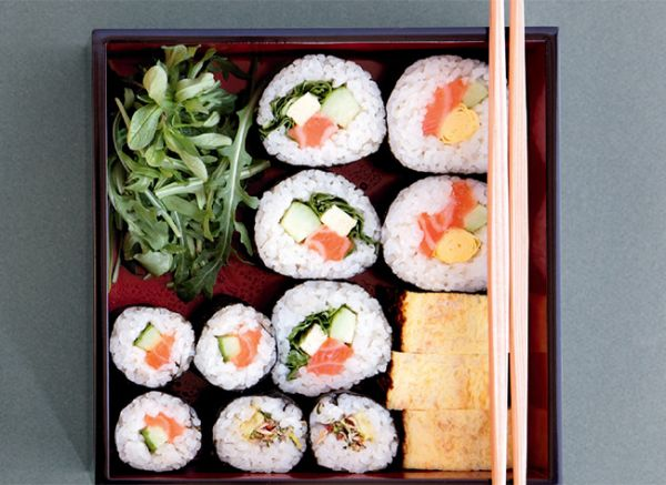 Cuisine japonaise : assortiment et garnitures de makis