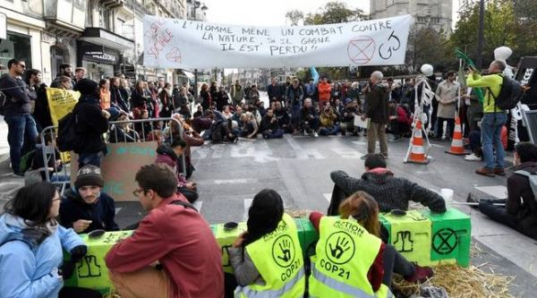 Climat : Des militants d'Extinction Rebellion bloquent la rue de Rivoli à Paris