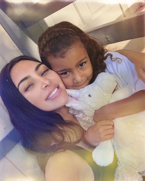 North West : L'enfant star performe sa propre chanson devant la foule !
