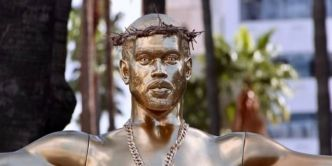 Une statue en or de Kanye West apparaît sur Hollywood Boulevard !