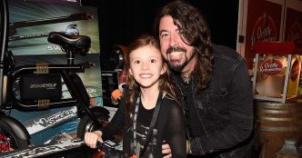 La fille de Dave Grohl joue de la batterie au concert des Foo Fighters