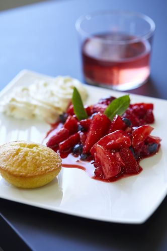 Salade de fruits rouges, financiers aux amandes & citron