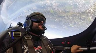 VIDEO. Red Bull Air race à Cannes: On a fait des loopings avec un voltigeur aérien (et on n'a même pas vomi)