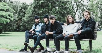 Boston Manor : le titre Lead Feet en live acoustique pour Alternative Press