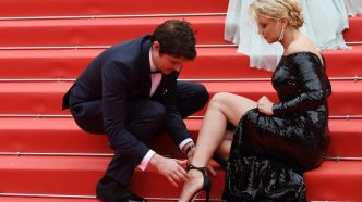"CANNES 2019 EN DIRECT - Virginie Efira victime d'un accident de chaussure sur les marches de ""Sibyl"""