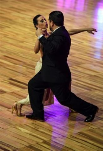 Paroles, guidage, invitation à danser: les féministes revisitent le tango