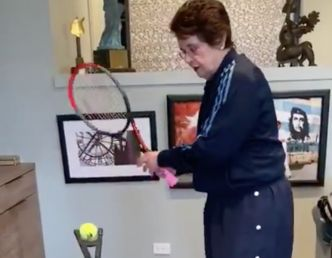 WTA : En confinement, Billie Jean King travaille sa frappe de balle #BillieJeanKing #COVID_19 #Coronavirus #StayHome