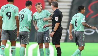 "Premier League: Ancelotti qualifie de ""blague"" le carton rouge de Digne"