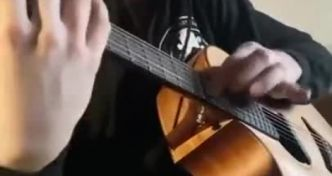 The Real Slim Shady (Eminem) avec une guitare