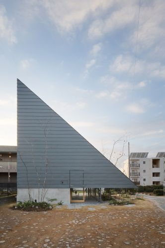 « Eaves House » au Japon par mA-style architects