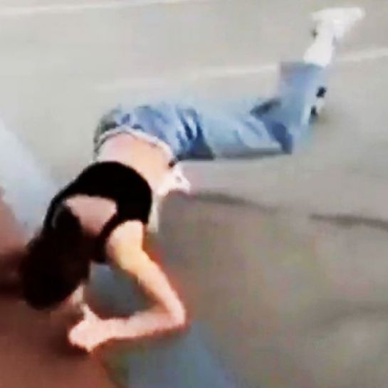Une fille encaisse un violent faceplant